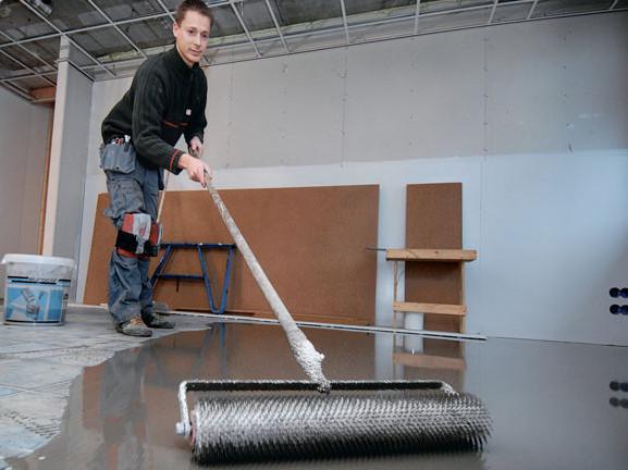 Разравнивание чистовой стяжки игольчатым валиком