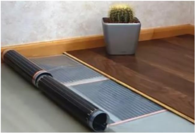Пленочный нагреватель под ламинатом в комнате